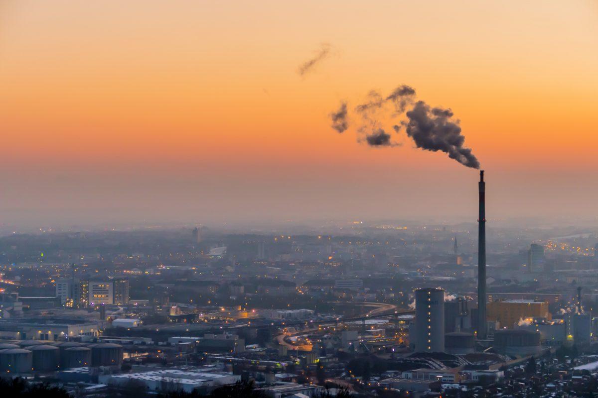 Rauchende Schornsteine einer Firma, Skyline, Umweltverschmutzung, Klimawandel