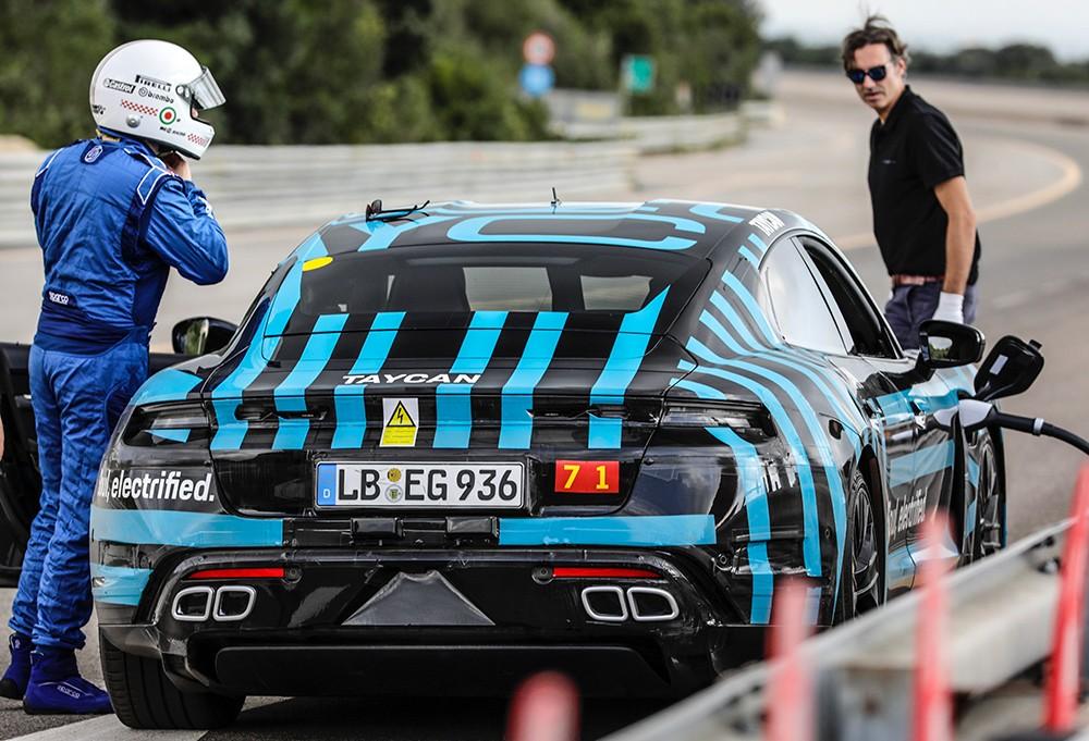 Porsche Taycan beim Schnellladen