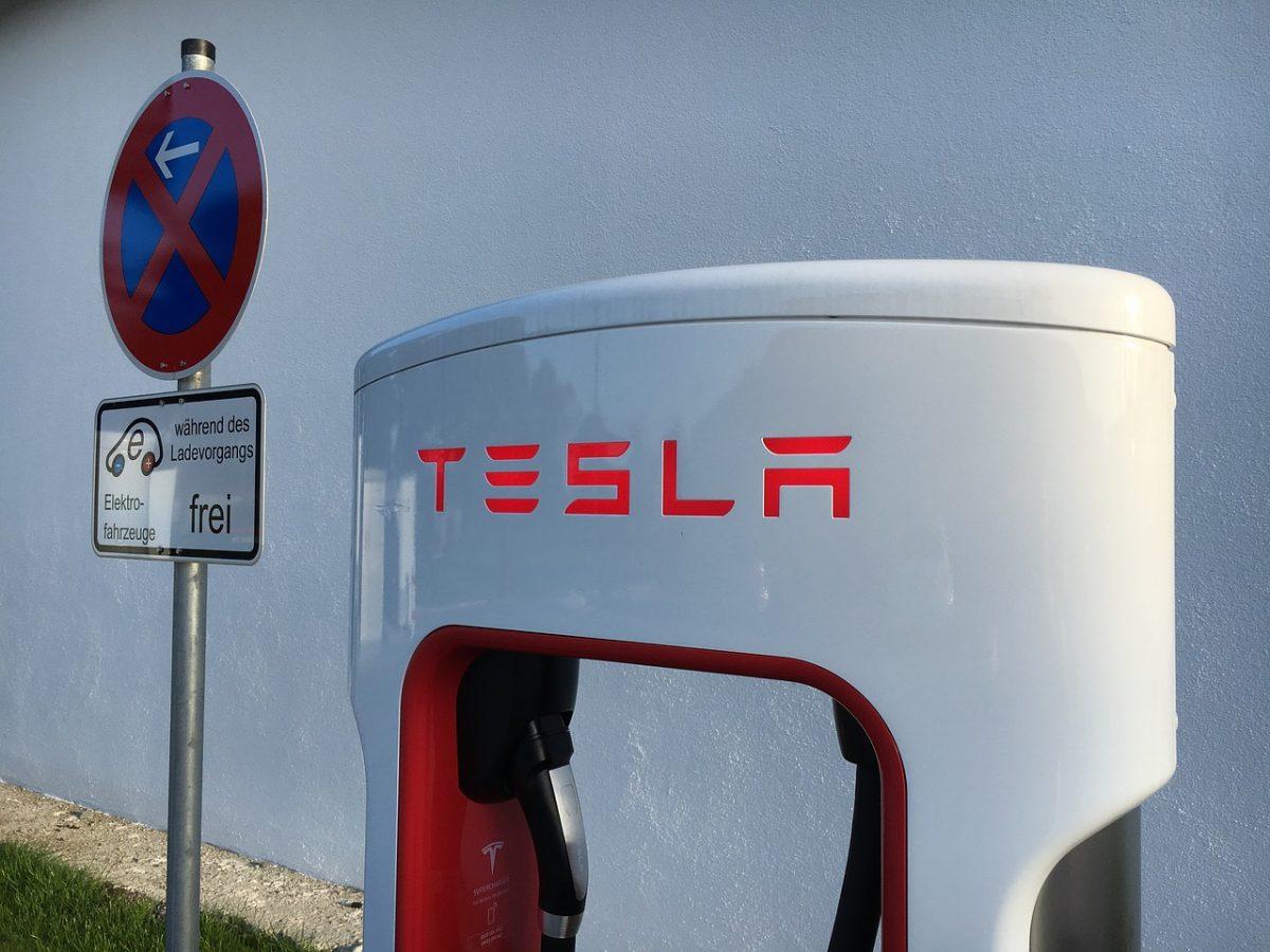 Absolutes Parkverbot nicht geltend für ladende Elektrofahrzeuge neben Supercharger von Tesla