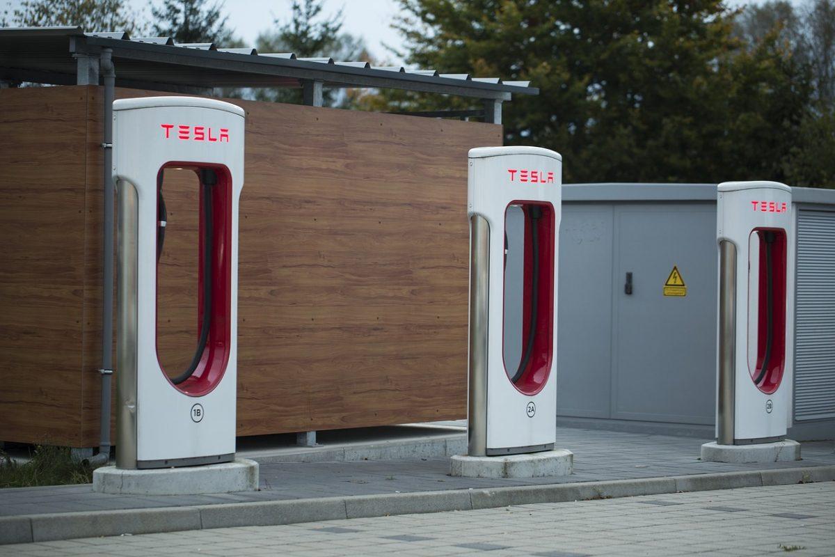 Ladesäulen einer Supercharger-Ladestation von Tesla