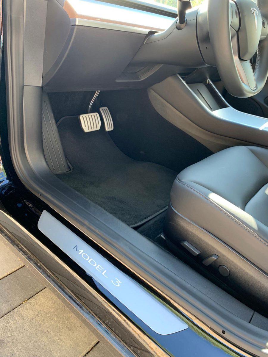 Original Tesla Model 3 Fußmatte aus Velours. Fußmatten aus dem Zubehör sollten ebenfalls die entsprechende Form haben.