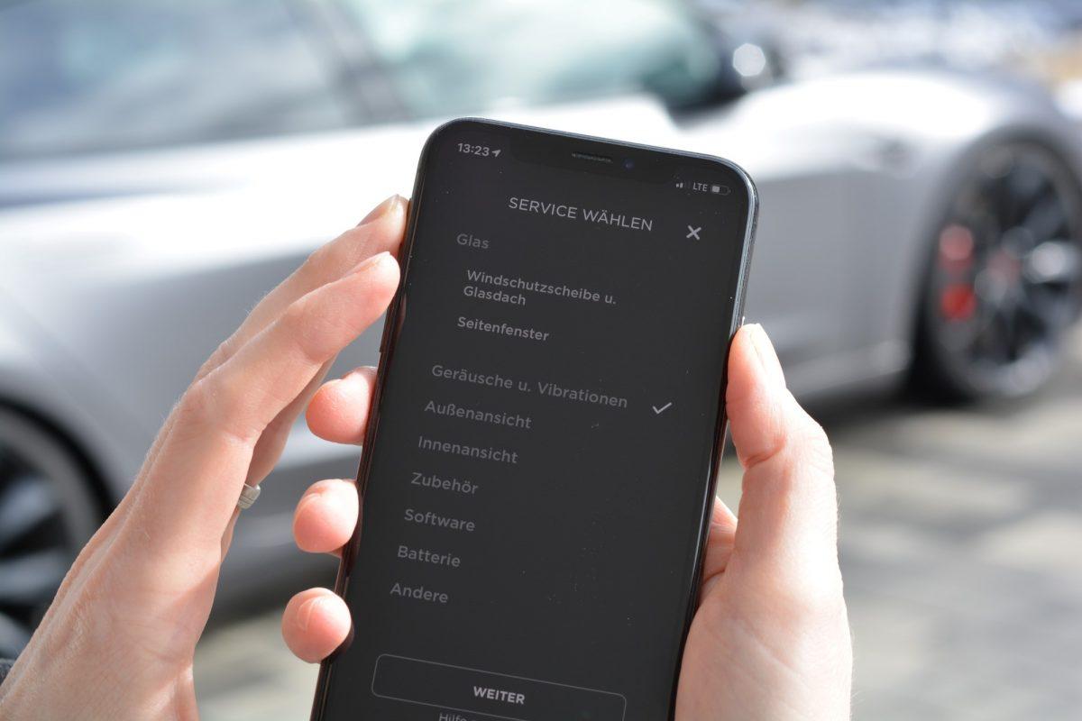 In der Tesla App kann man den Service auswählen, den man benötigt