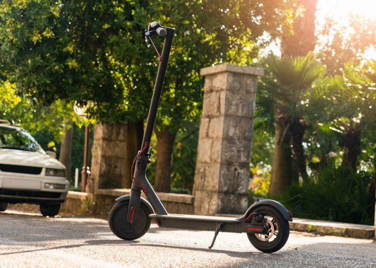 Straßentauglicher E-Scooter im alltäglichen Gebrauch
